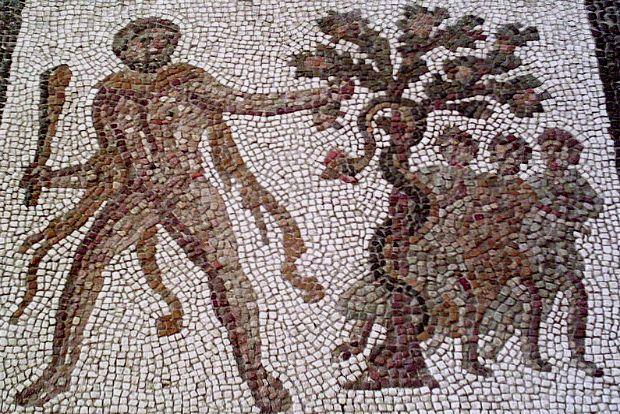 """Ο Ηρακλής αρπάζει τα """"χρυσά μήλα"""" των Εσπερίδων, λεπτομέρεια από ρωμαϊκό μωσαϊκό στη Λιρία της Ισπανίας"""