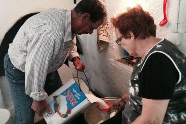 Γιώργης και Μαριώ Καρυστιναίου / το πρωινό γάλα σουρώνεται και μπαίνει στο καζάνι, φωτό: Κική Τριανταφύλλη