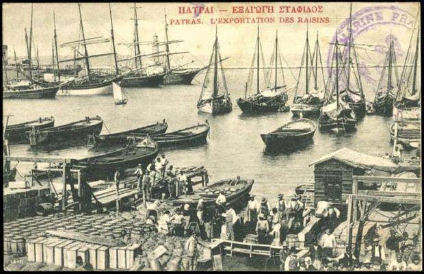 «Πριμαρόλια» στο λιμάνι της Πάτρας, τα πλοία που έφευγαν φορτωμένα με τη νέα σοδειά του «μαύρου χρυσού» της εποχής, τη σταφίδα, με προορισμό τα λιμάνια της Ευρώπης και της Αμερικής.